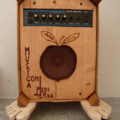 Amplificatore musica con i piedi per terra