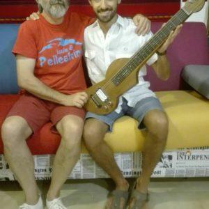 Lorenzo Piccone insieme a Giuliano Calcagno e la lap steel guitar elettrica