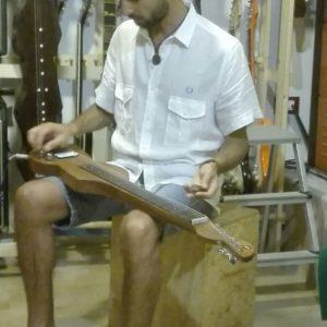Lorenzo Piccone e la lap steel guitar elettrica